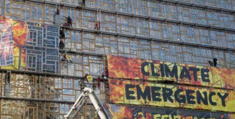 """Evropski lideri u Briselu razgovaraju o neutralizaciji ugljika: aktivisti Greenpeacea """"okupirali"""" sjedište EU"""