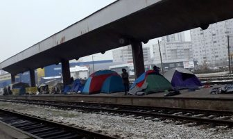 Tuzla (FOTO): Uprkos hladnoći migranti borave na otvorenom