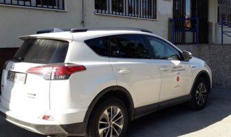 Socijalni radnici i sirotinju na terenu obilaze u luksuznoj Toyoti
