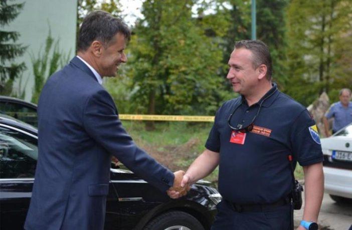 """Solak ne radi a prima platu, Novalić je i dalje federalni premijer, Hodžić je i dalje biznismen, a mi možemo """"pjevati borbene"""""""